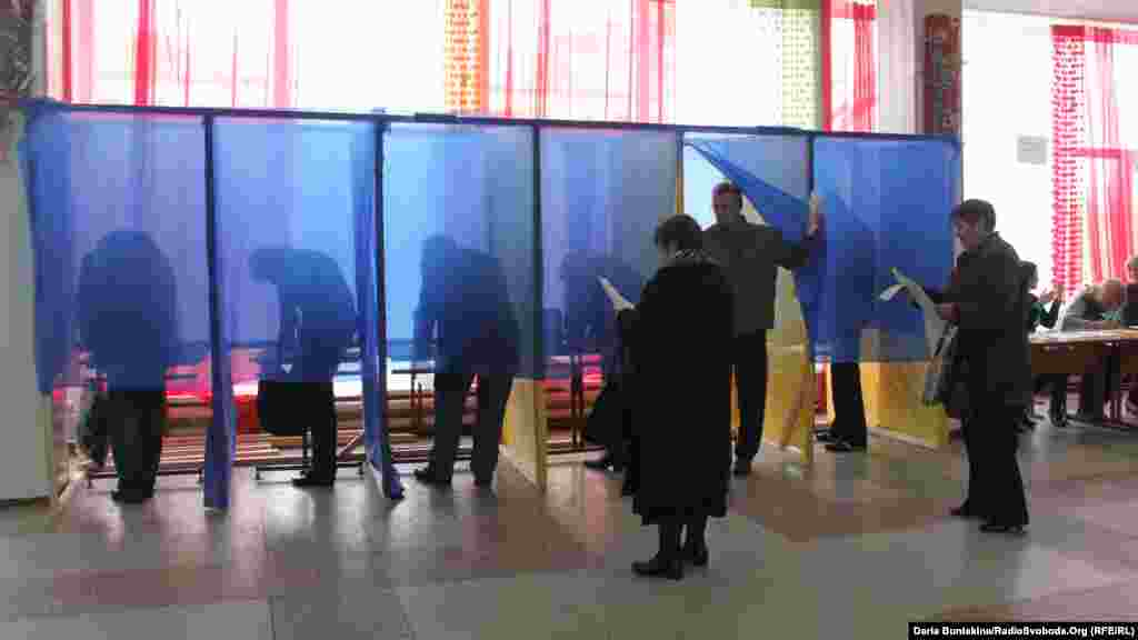Voters mark their ballots in polling booths in Cherkassy.