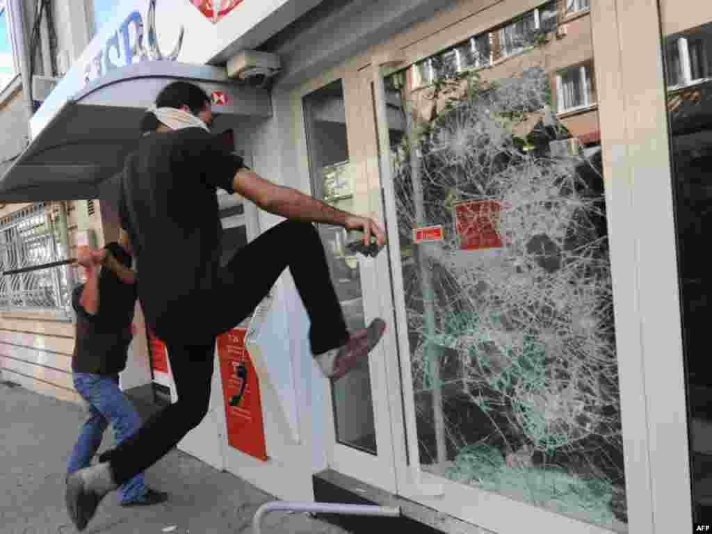 В Стамбуле продолжаются массовые акции антиглобалистов
