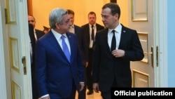 Президент Армении Серж Саргсян (слева) и премьер-министр России Дмитрий Медведев. Ереван, 7 апреля 2016 года.