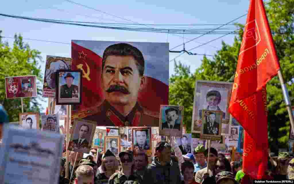"""""""Өлбөс полкто"""" И. Сталиндин сүрөтүн да көтөрүп чыгышты."""