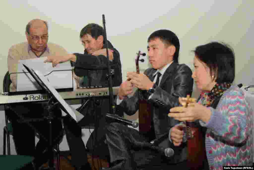 Композитор Бахтияр Аманжол, друг Арона Атабека со своим студентом и женой исполняет кюй собственного сочинения, посвященный Арону Атабеку. Алматы, 31 января 2013 года.