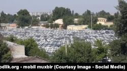 """Фотография машин GM-Uzbekistan, выставленных на продажу в автосалоне """"Рохат"""" в Ташкенте, была взята с соцстраницы группы """"Водители Ташкента"""" в Фейсбуке."""
