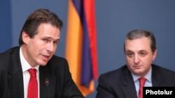 Замглавы МИД Армении Зограб Мнацаканян (справа) и представитель генерального директората по внешним отношениям ЕС Гуннар Виганд на пресс-конференции, Ереван, 26 октября 2011 г.