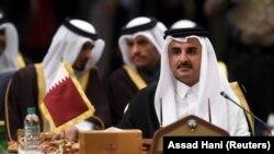دست راست: تمیم بن حمد بن خلیفه آل ثانی، امیر قطر