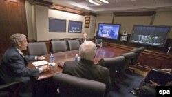 В новой Ситуационной комнате Белого дома с новой иракской стратегией. Президент Буш уточняет детали положения в Багдаде в ходе телеконференции с иракским премьером аль-Малики.