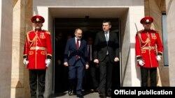 Премьер-министрs Армении и Грузии - Никол Пашинян (слева) и Гиоргий Гахария (архив)