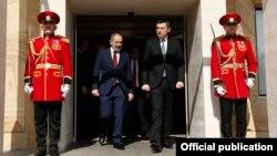 Georgia -- Georgian Prime Minister Giorgi Gakharia (R) and his Armenian counterpart Nikol Pashinian meet in Tbilisi, March 3, 2020.