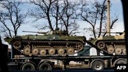 Донецк қаласында көліктерге тиелген ресейшіл сепаратистердің танктері. Украина, 27 наурыз 2015 жыл.
