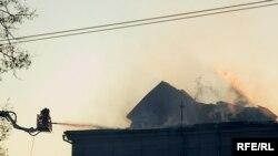 Когда к месту трагедии приехали пожарные, весь дом площадью более тысячи кв.метров был охвачен огнем