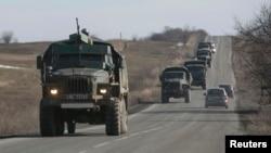 Gündogar Ukrainadaky orsýetçi separatistleriň harby ulaglary.