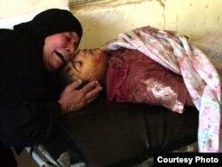 سيدة عراقية تبكي طفلها