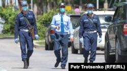 Алматы көшесінде жүрген полицейлер. 1 мамыр 2020 жыл.