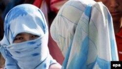 Кытай -- Шиңжан уйгур автоном аймагындагы жоолукчан кыздар. Кашкар, 8-октябрь, 2006-жыл.