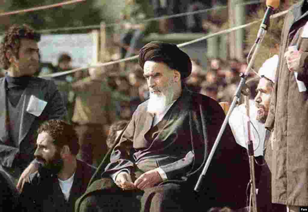 Аятолла Хомейни Тегерандагы Бехеште-Захра көрүстөнүндө сүйлөп жатат. 1-февраль, 1979-жыл.