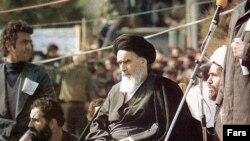 آیتالله خمینی به هنگام سخنرانی در بهشت زهرا در ۱۲ بهمن ۵۷