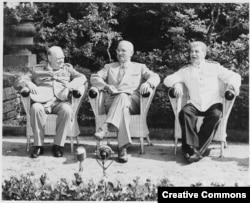 Потсдамская конференция, начало: Уинстон Черчилль, Гарри Трумэн, Иосиф Сталин (слева направо)