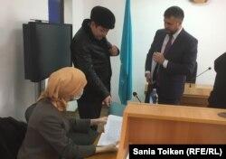 Адвокат подсудимой Игорь Вранчев (справа). Атырау, 7 февраля 2017 года.