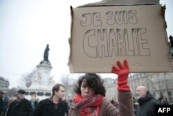 """Fransa - terror aktından sonra Parisin mərkəzinə toplaşan insanlar jurnala dəstək kimi """"Mən Charlie-yəm"""" şüarı qaldırıblar. 7 yanvar, 2015"""