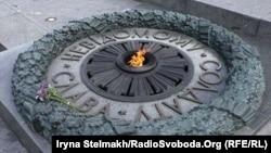 Вічний вогонь на меморіальному комплексі «Парк вічної слави» у Києві