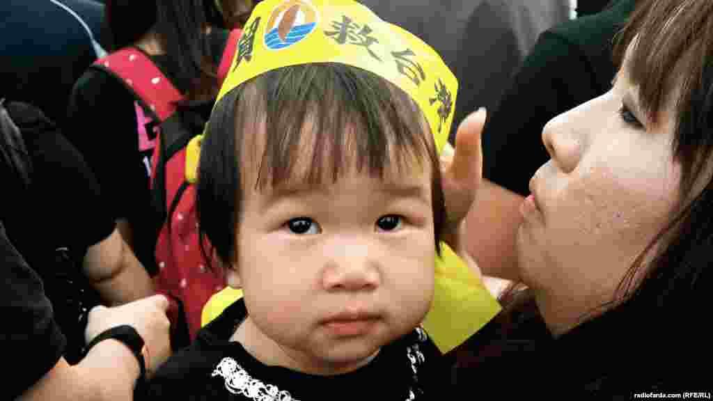بسیاری از معترضان طی روزهای آخر هفته با فرزندان خود به خیابانها آمدند.