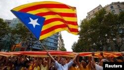 Separatiști catalani marchează ziuna Cataloniei în centrul Barcelonei, 11 septembrie 2013.