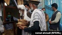 توزیع نان خشک به افراد بی بضاعت در ولایت بدخشان