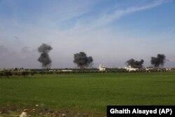 Сирія. Стовпи диму після авіаударів, що вразили місто Саракеб у провінції Ідліб, 27 лютого 2020 року