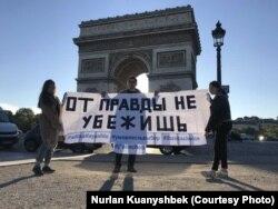 Акция в поддержку Толымбекова и Тулесовой в Париже, апрель 2019 года.
