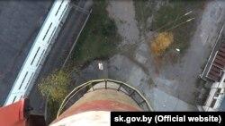 Скрыншот відэа сьледчага экспэрымэнту па справе аб сьмерці роўпджампэра ў Соснах