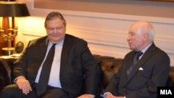 Архивска фотографија: Средба на медијаторот Метју Нимиц со грчкиот Министер за надворешни работи Евангелос Венизелос во Грција.