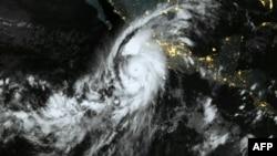 آرشیف، توفان در شمال اقیانوس آرام