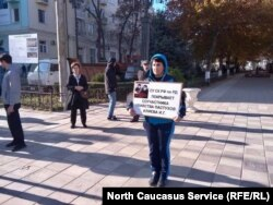 Поддержать Гасангусенова пришла общественный деятель Лариса Бачиева