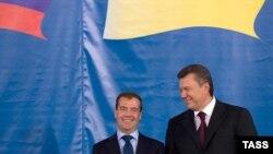 Президенты России и Украины: Дмитрий Медведев (слева) и Виктор Янукович