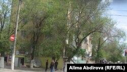 Вид на улицу Айтеке би в Актобе рядом с местом взрыва бомбы. На дальнем плане видны полицейские, которые наблюдают за обстановкой. 17 мая 2011 года.