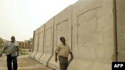 بخشی از دیوار امنیتی بغداد که ارتش آمریکا می گوید قصد ساخت آن را دارد تا مناطق سنی نشین را از حملات شیعیان تندرو محافظت کند.