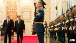 Президент Казахстана Нурсултан Назарбаев (слева) и президент Франции Франсуа Олланд на красной дорожке в Акорде. Астана, 5 декабря 2014 года.