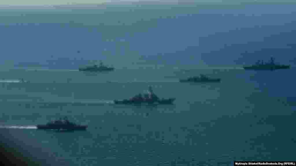 Великі кораблі попереду, менші – по флангах