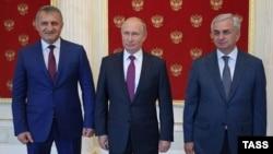 Президент России Владимир Путин (в центре) и лидеры Абхазии Рауль Хаджимба и Южной Осетии Анатолий Бибилов, 24 августа 2018 года
