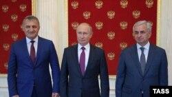 მოსკოვი, 2018 წლის 24 აგვისტო: რუსეთის პრეზიდენტი ვლადიმირ პუტინი (ცენტრში) საქართველოს ორი ოკუპირებული რეგიონის დე ფაქტო ლიდერებთან, ანატოლი ბიბილოვთან (მარცხნივ) და რაულ ხაჯიმბასთან ერთად