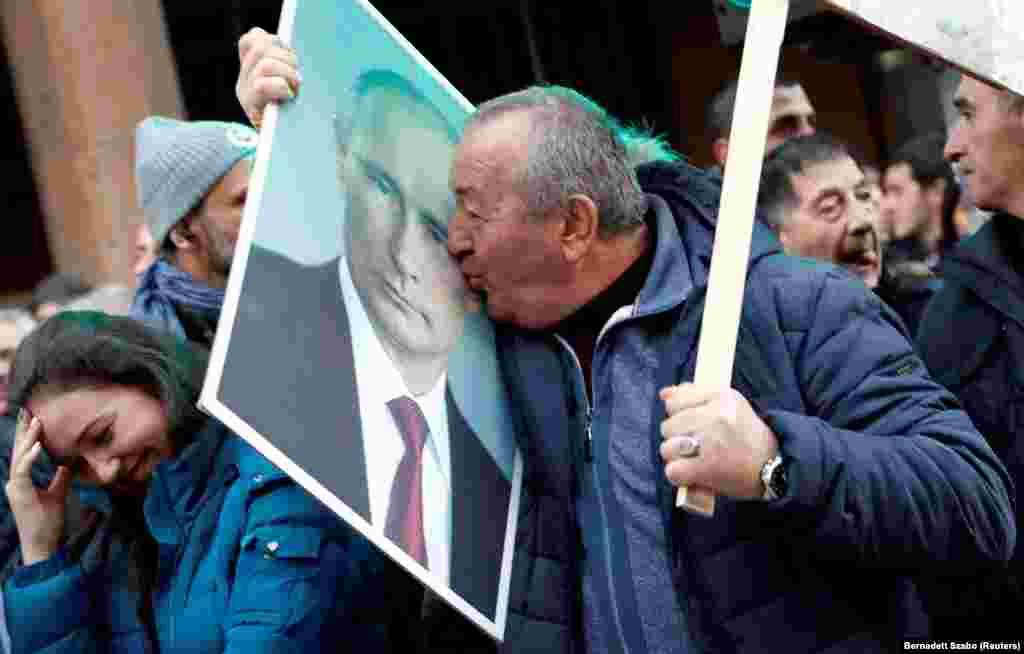 Ресей президенті Владимир Путиннің Белградтағы жақтасы. 17 қаңтарда Путин ресми сапармен Сербияға барды.