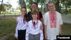Юлия Баева и ее приемные дети Аня, Лера и Витя