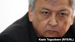 Жазушы, қоғамдық комиссияның мүшесі Мереке Құлкенов. Алматы, 27 ақпан 2012 жыл.