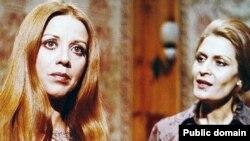 فرزانه تأییدی (چپ) در کنار ژاله علو، در صحنهای از فیلم واسطهها (۱۳۵۶) به کارگردانی حسن محمدزاده