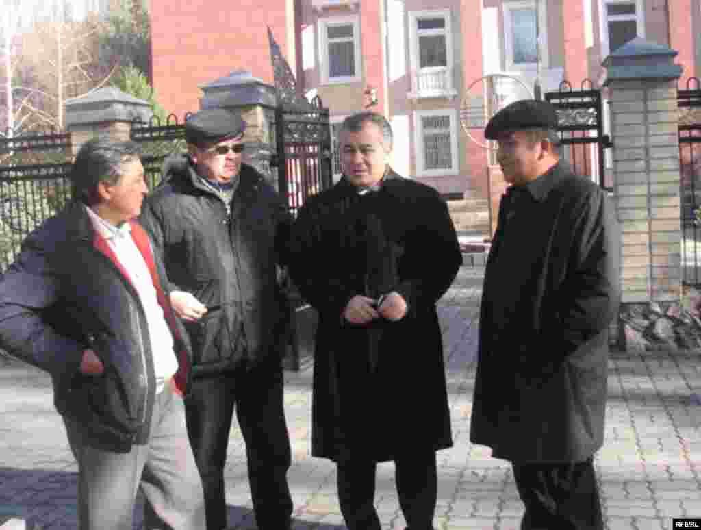 """Кыргызстан -- """"Ата Мекен"""" партиясынын төрагасы Ө. Текебаев орун басарлары Б. Шерниязов, Д. Чотонов менен Конституциялык соттун жанында. 19-ноябрь, 2009-жыл."""