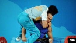 Олимпийский чемпион Илья Ильин (лицом) и его тренер Алексей Ни во время выступлений на Олимпиаде в Пекине в 2008 году.