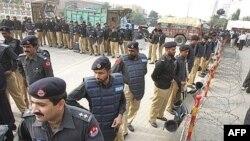 Pakistan, policijski kordoni oko ulice u kojoj je u kućnom pritvoru smještena Benazir Buto, 13 novembar 2007