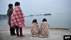 خانواده دانشآموزان در انتظار خبری از آنها در جزیره «جین» در نزدیکی محل سانحه جمع شدهاند