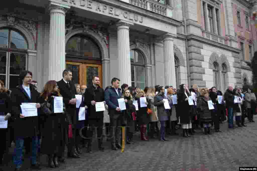 Protestul magistraților a început la Cluj, unde în fața Tribunalului, procurorii și judecătorii au anunțat că își suspendă activitatea o săptămână și au cerut mediere din partea forurilor europene în relația cu instituțiile politice din România