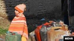 کودک ایرانی در صف نفت (حومه تهران)