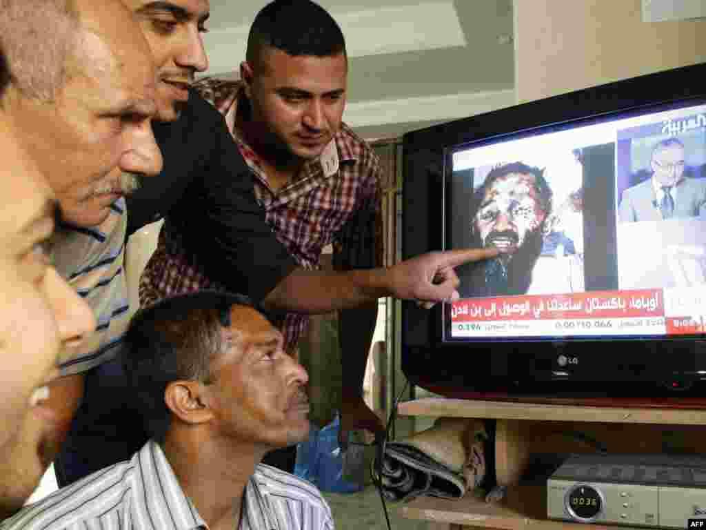 "Жители Багдада смотрят программу ТВ ""ал-Арабиййа""."